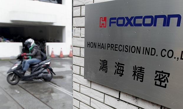 Производитель смартфонов Foxconn планирует автоматизировать большую часть производственного процесса. Фотограф: Pichi Chuang/Reuters