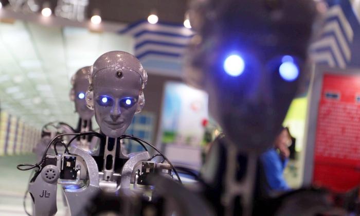 Работы, произведенные Shaanxi Jiuli Robot Manufacturing Co, отображаются на экране на технологической выставке в Шанхае. Фотограф: Imaginechina/Corbis